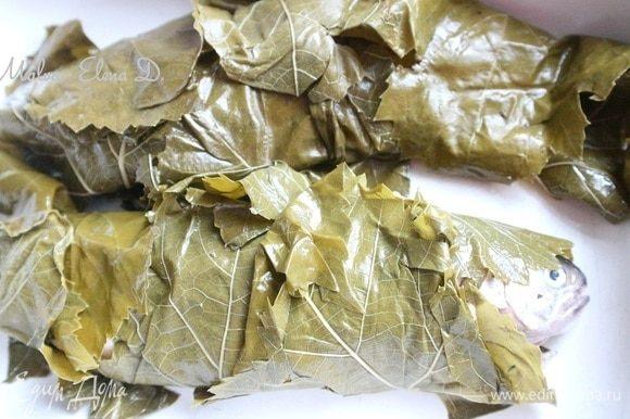 Так же поступить со второй рыбкой. Сбрызнуть листья оливковым маслом. Запечь форель в духовке, на то потребуется примерно 35 минут. После этого вынуть рыбу, смазать соусом из тахини, поместить обратно в духовку на 10 минут. Вынуть из духовки.