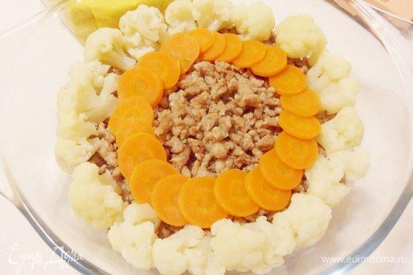 На него по кругу (солнышком) выложить цветную капусту и нарезанную кружками отварную морковь.