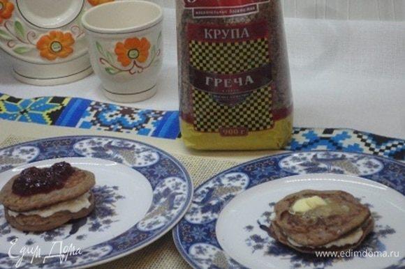 Творожный сыр смешиваем с сахарной пудрой (по вкусу) и прокладываем между оладушками.