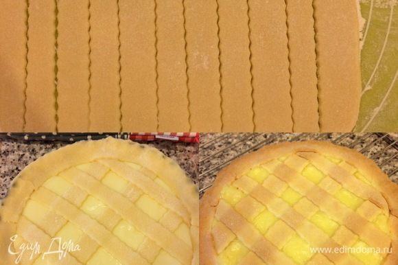 Остатки теста раскатать, вырезать полоски и украсить пирог. Выпекать пирог 30–40 минут.