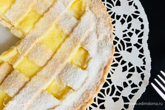 Готовый пирог полностью остудить 3–4 часа и посыпать сахарной пудрой.