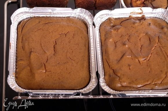 Поставить в разогретую духовку до легкого запекания (примерно на 10–15 минут). Паштет должен покрыться тонкой коричневатой корочкой.