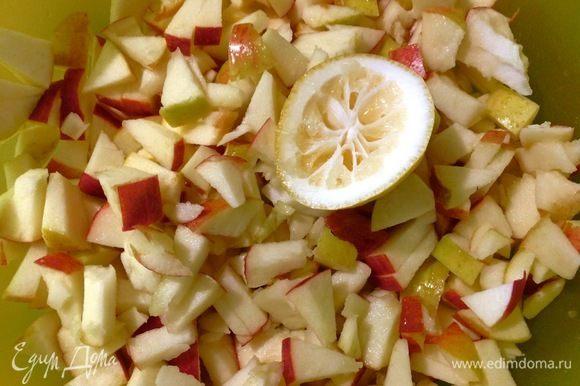 А мы пока готовим начинку. Вишню разморозить и оставить в дуршлаге, чтобы слить лишний сок. Яблоки моем, отделяем от серединки, режем на мелкие кусочки, сбрызгиваем соком лимона, чтобы яблоки не темнели. Все, что надо для начинки, готово.
