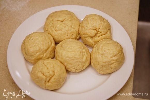 Тесто разделить на 6 равных частей, из каждой скатать шар, выложить на тарелку, накрыть пищевой пленкой и поставить на холод минимум на 1 час.
