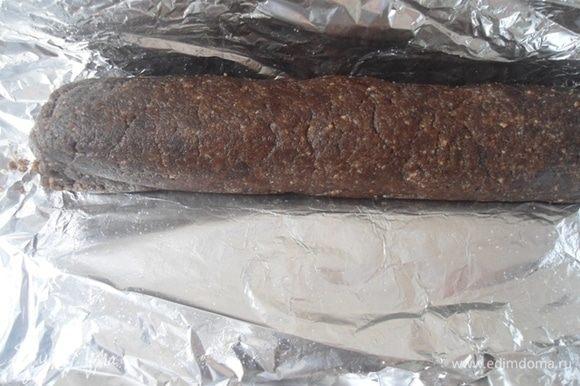 На фольгу (или пищевую пленку) поместить часть заготовки и сформировать колбаску.