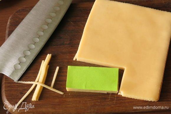 Делаем из бумаги шаблон и нарезаем сыр и колбасу.
