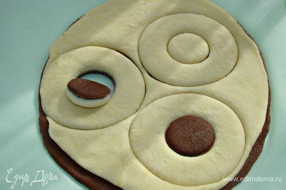 Раскатанные части теста уложить друг на друга и вырезать или выдавить круги широкой чашкой или стаканом. Серединку выдавить рюмкой и перевернуть вверх дном. Готовые булочки уложить на противень, застеленный пекарской бумагой. Булочки смазать взбитым яйцом, оставить минут на 20 для подъема и выпечь в разогретой до 180°С духовке минут 30.