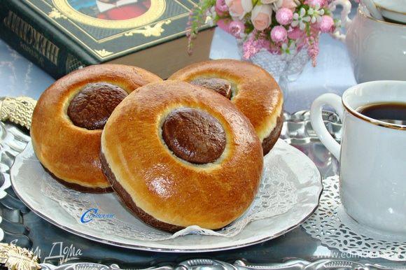 Готовые булочки, по желанию, можно посыпать сахарной пудрой.