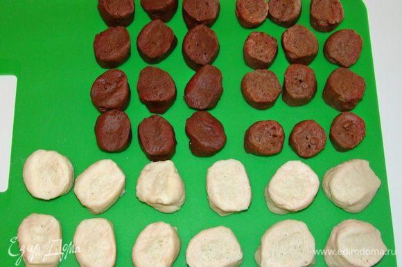 Тесто разложить по пакетам и положить в холодильник на ночь. Затем каждый кусочек теста разделить на равные 12–14 кусочков.