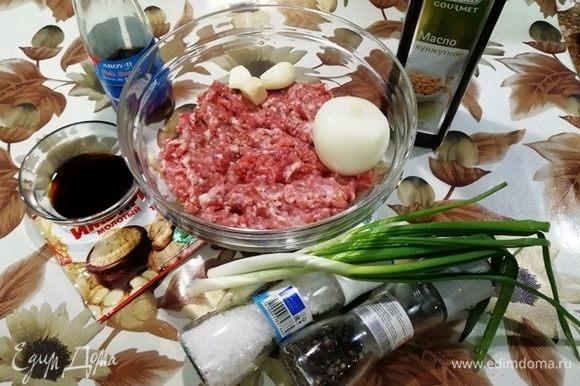 Подготовьте ингредиенты для начинки. Фарш у меня домашний (свинина и говядина).