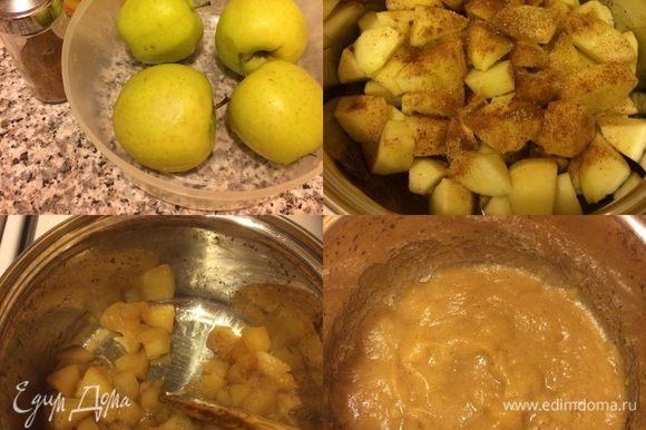 Яблочное пюре: яблоки очистить и нарезать кубиками. В сотейник с толстым дном сложить яблоки, посыпать сахаром, корицей, добавить немного воды и тушить под крышкой до мягкости яблок. Затем пюрировать блендером. Пюре получается больше, чем нам нужно для рецепта, но оно прекрасно хранится в холодильнике и очень подходит, например к блинчикам.