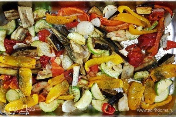 Укладываем овощи в глубокий поддон. Добавляем граммов пятьдесят (можно чуть больше) растительного масла. Мы используем масло из виноградных косточек. Можно оливкового. В общем, желательно брать не особо ароматно-пахучее. Посолить надо и можно добавить сушеных травок, если хочется. Особенно, если приготовленная зелень в силу своей зимней сущности ароматов особых не несет. От ароматов травок вреда не будет. Но это чистое личное мнение. Можно и без сушеных травок обойтись вполне. Дело вкуса. Хорошо, но деликатно перемешать.