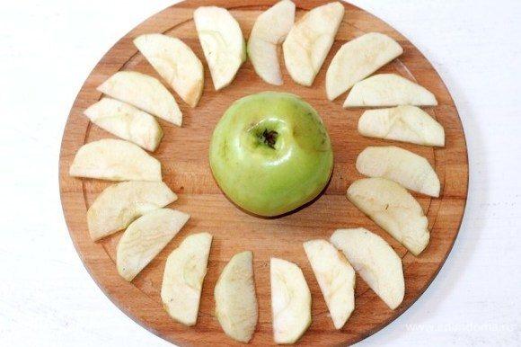 Приготовим яблоки. Удаляем из яблок (из 1,5 шт.) семечки и очищаем от шкурки. Нарезаем яблоки дольками. Половину неочищенного яблока оставляем для украшения серединки.