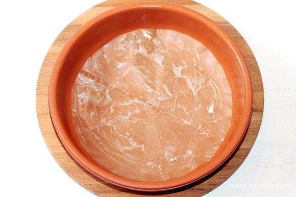 Застилаем форму для выпечки (Ф=18 см) бумагой и смазываем сливочным маслом.