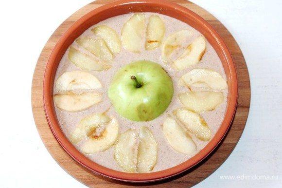 Выкладываем тесто в форму. Затем раскладываем по кругу яблочные дольки. Половинку яблока кладем в середину. Отправляем формочку в разогретую до 190°С духовку до появления румяной корочки. Ориентируйтесь на свою духовку и через 30 минут проверяйте на «сухую спичку».