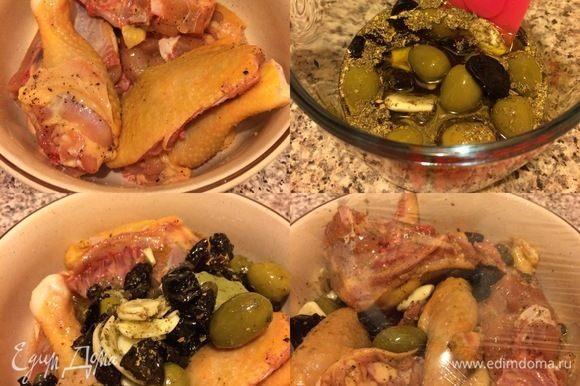 Курицу натереть солью и перцем. В миске смешать все для маринада: вино, уксус, лавровый лист, чернослив, оливки, оливковое масло, орегано и перемешать. Залить маринадом курицу, перемешать, затянуть миску пленкой и отправить в холодильник на ночь.