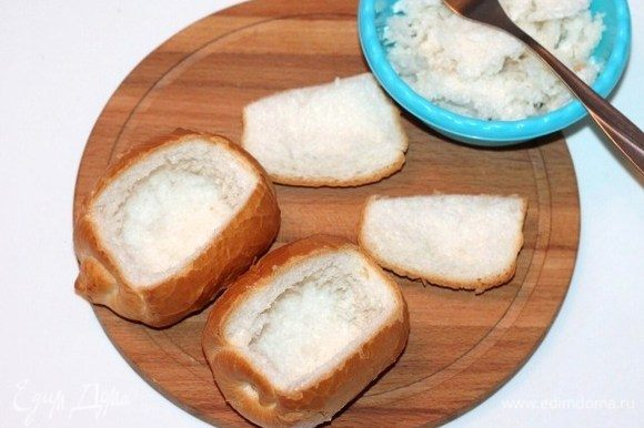У булочек срезать верхушки и удалить мякиш.