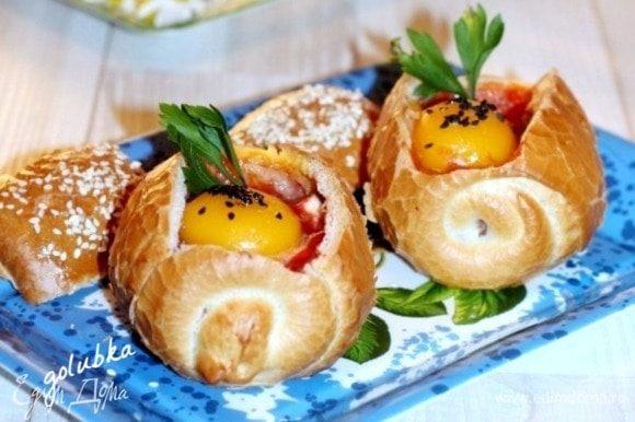 Как только верх зарумянится, булочки готовы! Чтобы не оставался хлебный мякиш, измельчите его руками. Нарежьте небольшими дольками помидор и перемешайте с мякишем. Выложите хлебную массу в смазанную растительным маслом форму для запекания. Взбейте одно яйцо. Добавьте чеснок, кетчуп, посолите и поперчите. Залейте хлебную массу, яичной массой и запекайте до румяной корочки.