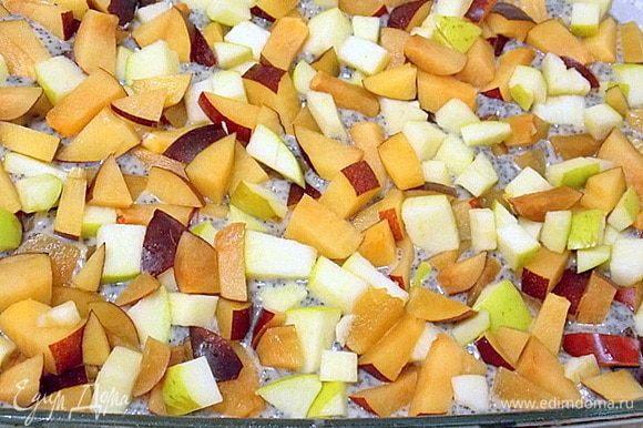Яблоко и сливы помыть. У яблока удалить сердцевину, у сливы — косточки и нарезать средним кубиком. Перемешать и выложить на поверхность ровным слоем, немного утопив их в тесто.