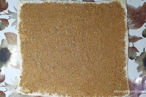 Обильно посыпаем смесью орехов, корицы и коричневого сахара.