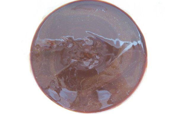 В отдельную миску сложить шоколад и масло, растопить на водяной бане или в микроволновке, перемешать до однородности.