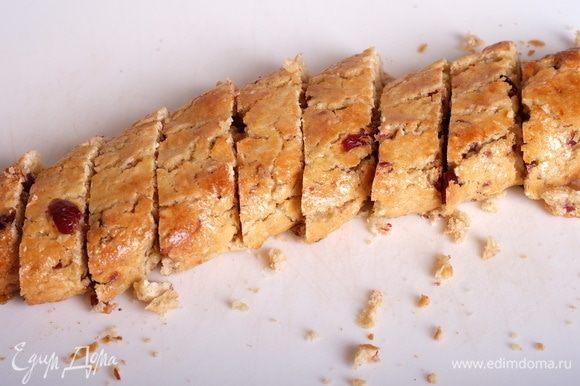 Дать батончикам немного остыть, далее брать по одному и нарезать каждый батон поперек на небольшие печенья толщиной 1,5–2 см. Печенья могут крошиться — это нормально. Если печенья очень крошатся — дать им еще остыть, с остывшими заготовками работать проще.