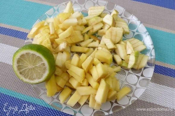 Фрукты нарезать кубиком. С лайма счистить цедру и выдавить сок. Полить кусочки фруктов.