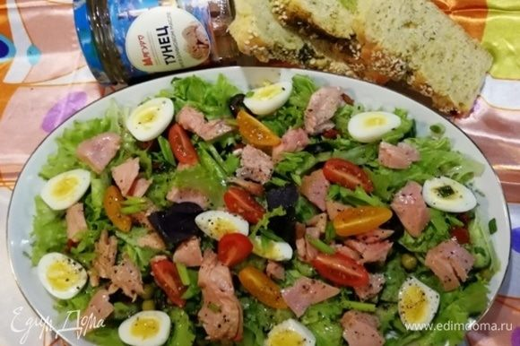 Полейте салат заправкой и подавайте к столу.