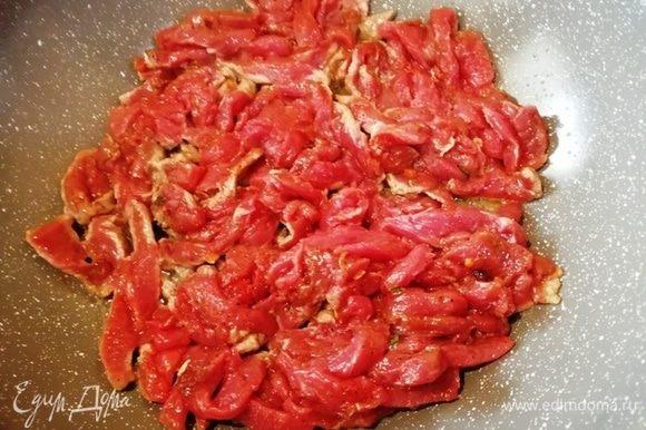В сковороду налейте оливковое масло и разогрейте его до дымка. Выложите говядину.