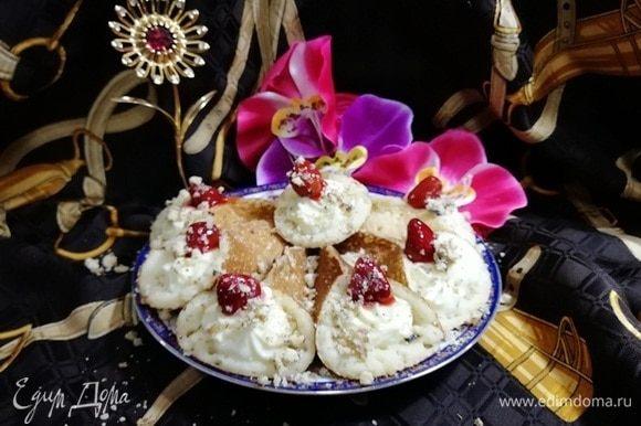 На каждый блинчик я положила ягодку клубники из джема и посыпала рублеными грецкими орехами. Арабские блинчики готовы!