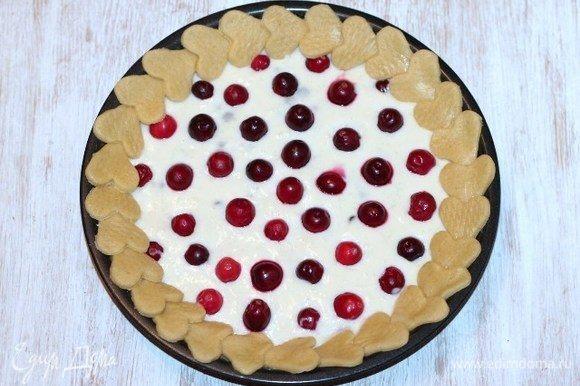 Украшаем пирог сердечками и выпекаем в заранее разогретой до 180°С духовке ~30 минут. Проверяйте на сухую спичку только край коржа, т. е протыкаете спичкой середину сердечка.