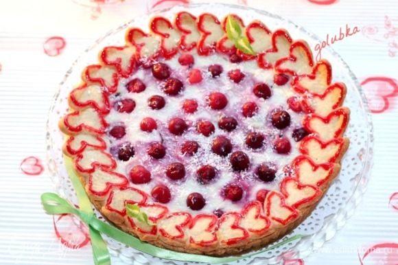 После выпечки смажьте край пирога (сердечки) сливочным маслом. Накройте пирог легким полотенцем и дайте время остыть.