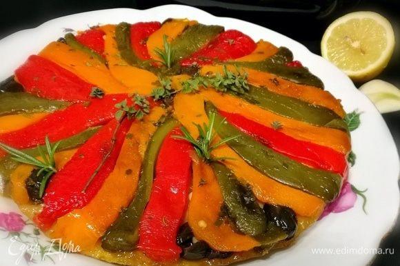 Запекать тарт в заранее разогретой до 200°С духовке 25 минут. Слегка охладить и перевернуть на блюдо. Сбрызнуть лимонным соком и посыпать любимой зеленью. Приятного!
