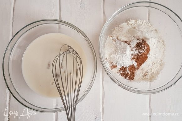 В миску с жидкими ингредиентами медленно добавляем сухие.