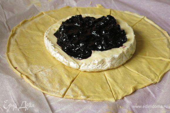 Выкладываем тесто, вырезаем круг, кладем в центр сыр и на него чернику.