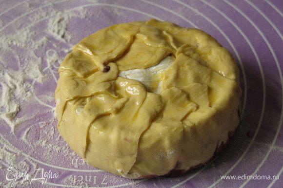 Закрываем весь сыр. Можно сделать больший круг, чтобы тесто все закрыло сыр, а можно по центру разместить украшения.