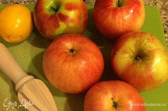 Яблоки очистить, нарезать пластинками, полить соком лимона и перемешать.