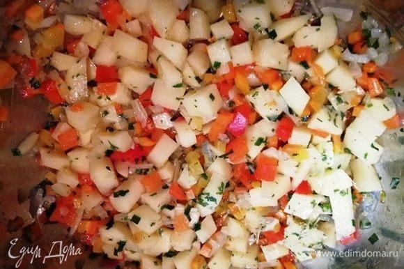 Добавляем картофель, чеснок, сушеный лук.
