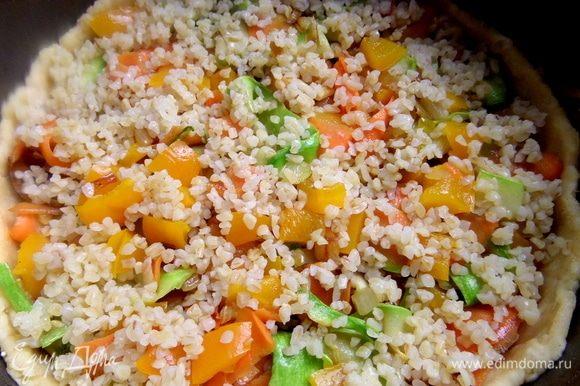 Рассыпать готовую крупу сверху на овощи.