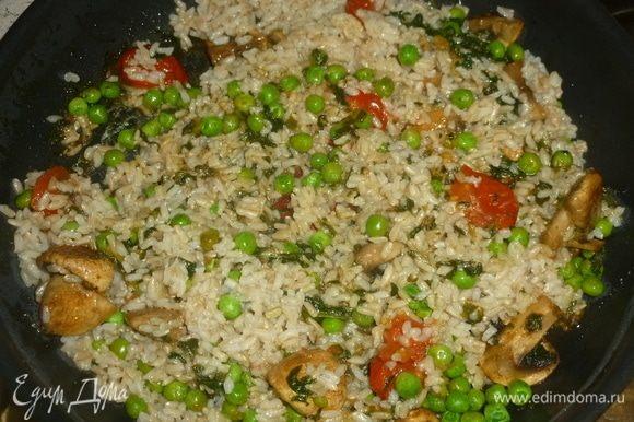 Когда рис готов, выложить его в сковороду, готовить 5 минут, заправить соком лимона.