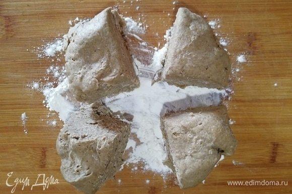 Тесто уже «отдохнуло». Разделочную доску посыпьте оставшейся пшеничной мукой. Переложите тесто и разделите на 4 равные части. Каждую часть очень тонко раскатайте.