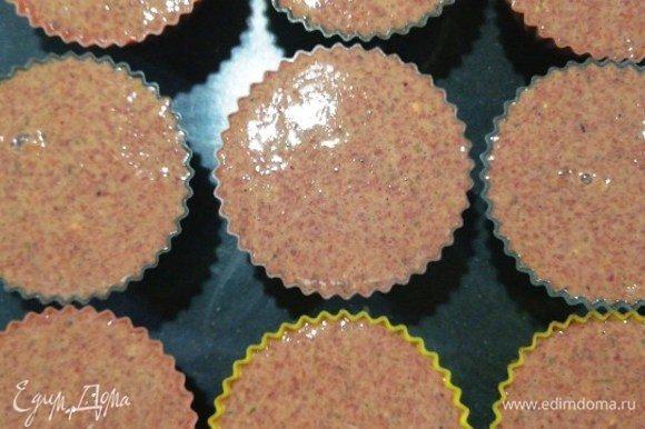 Залейте сверху печеночным фаршем. Кексы не поднимутся, поэтому формочки я заполнила практически доверху. Отправляем противень с кексами в разогретую до 180⁰С духовку на 25 минут.