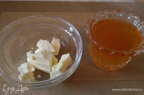 Пока наше тесто отдыхает, сделаем соус для пропитки блинчиков. Для этого сливочное масло растопить в микроволновой печи, остудить до 60⁰С и смешать с жидким медом. Все, соус готов!
