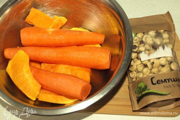 Тыкву и морковь очистить. В ингредиентах указано количество тыквы и моркови уже в очищенном виде.