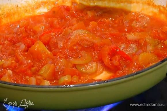 Перец чили нарезать тонкими колечками, добавить к овощам, перемешать и обжаривать, пока лук не станет прозрачным, затем добавить помидоры в собственном соку, посолить и тушить, пока соус не загустеет.
