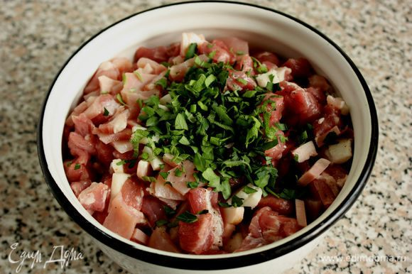 У тимьяна использовать только листочки. Петрушку и шалфей мелко порубить. Смешать все ингредиенты начинки и убрать в холодильник. Разогреть духовку до 180⁰С.