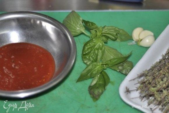 Готовим соус: тимьян, чеснок, базилик порубить и подогреть на сковороде в томатном соусе.