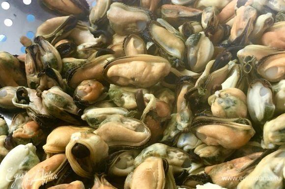 Одновременно в 3-х разных емкостях отварить чищенные мидии ТМ «Магуро», кальмары и 3 мидии в ракушках. Все указанные морепродукты перед приготовлением следует разморозить.