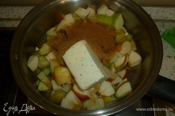 Начинка. Яблоки нарезать кубиками, сложить в сотейник, добавить сливочное масло, сахар, корицу и лимонный сок. Перемешать и поставить вариться на слабый огонь. Когда масса загустеет, снять с огня.