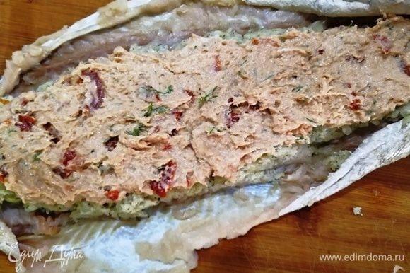 Следующий слой — начинка из тунца.